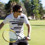 サングラスでテニスをする人